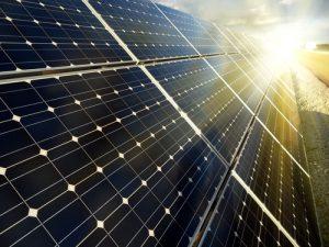 Monokrystallinske solcellepaneler. De mange celler er afskåret men runde kanter, men ligger så tæt som muligt.